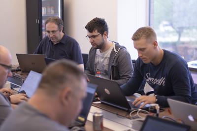 afbeelding_4-mannen-macbooks-infrastructure-as-code
