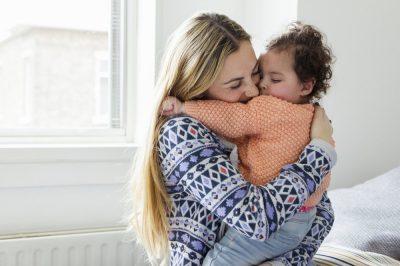 afbeelding_Ronald-McDonald_Vrouw-met-kind-knuffel